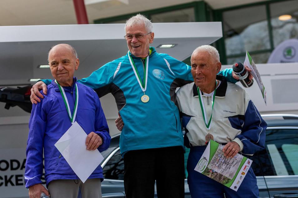 Ein Lauf für Jung und Alt: In der Altersgruppe M85 wurden (v.l.n.r): Gunther Beyer vom TSV Einheit Grimma (3. Platz), Armin Zosel vom TSV 1862 Radeburg (1. Platz) und Dr. Harald Wagner von SG Lokomotive Hainsberg (2. Platz) ausgezeichnet.