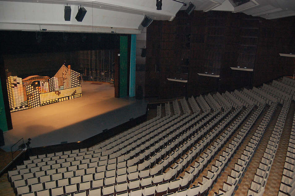 In den Saal der Lausitzhalle passen über 800 Zuschauer. In den meisten Fällen bleiben bei Anrechts-Veranstaltungen mehr als die Hälfte der Sessel frei.