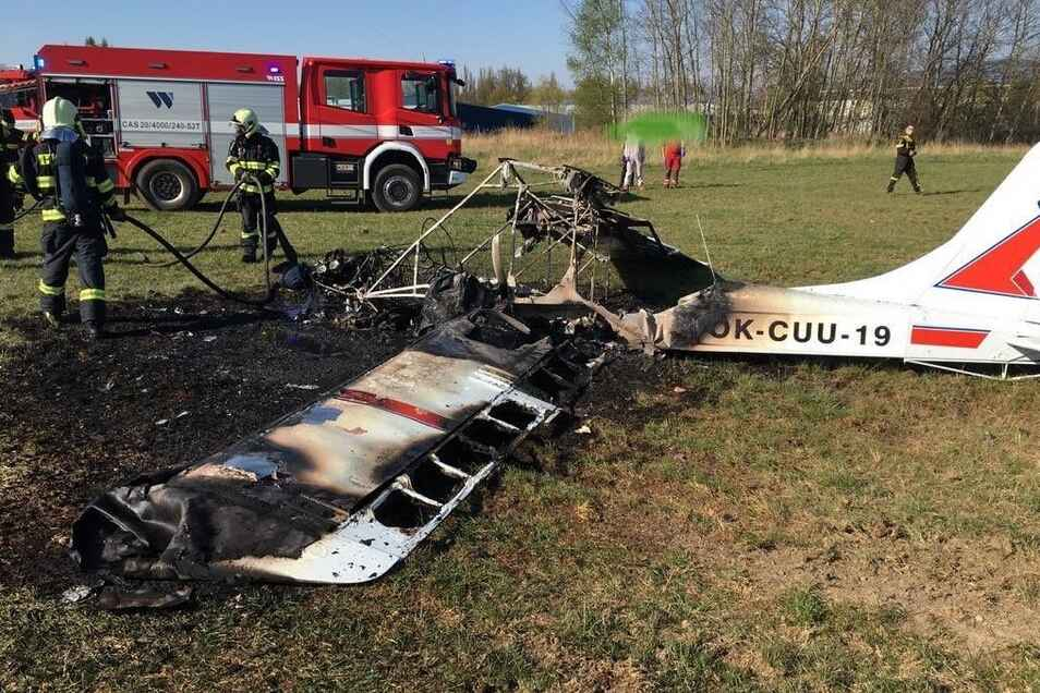 Das Flugzeug musste von Feuerwehrleuten gelöscht werden.