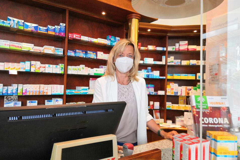 Anne-Kathrin Rausch von der Paracelsus-Apotheke mit einer FFP2-Maske. Lange hält man es mit denen im Alltag aber nicht aus. Sie sind eher fürs medizinische Personal gedacht.