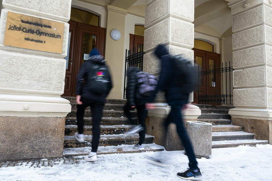 Schüler und Schülerinnen der Abschlussklassen auf dem Weg in das Joliot-Curie-Gymnasium in Görlitz.