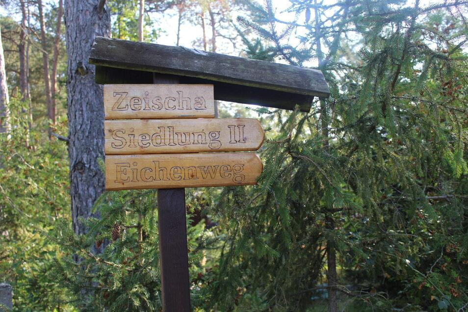 Dieses Schild steht am Eingang der Zeischaer Siedlung II, wo 60 Bungalows stehen, die ehemalige Volkseigene Betriebe aus Riesa und Gröditz seit den 1960er-Jahren errichten ließen.