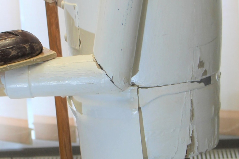 Die Schäden sind unterschiedlich: von verblichenen über abblätternden Farben bis hin zu Rissen im Holz.