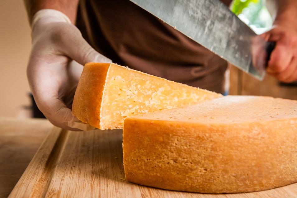 """Käse vor allem: rund 20 Sorten, vom leichten """"Krabatello"""" und geräuchertem """"Schwarzen Müller"""" über Weißschimmelkäse, puren oder mit vor allem heimischen Zutaten verfeinerten Schnittkäse (jung und mittelalt) bis hin zum hier ins Bild gesetzten extra würzig"""