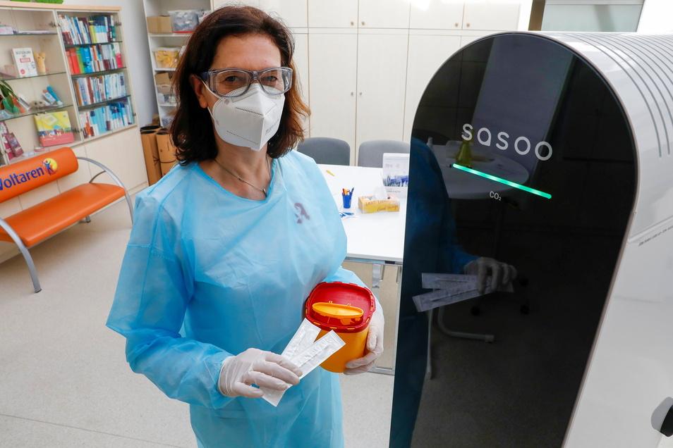 Birgit Schleicher, Inhaberin der Alten Apotheke in Löbau, mit dem neues Raumluftreiniger. Er stellt sicher, dass auch beim Covid-Testen von Patienten die Raumluft möglichst virenfrei ist.