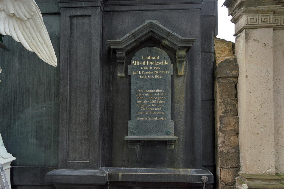 """Die Innschrift des Grabmals der Dresdner Kaufmannsfamilie Roetzschke hat der Pate ergänzt: """"Ich konnte diese Stätte nicht verfallen sehen und begann im Jahr 2001 den Erhalt zu fördern. Zu Ihrer und meiner Erbauung."""""""