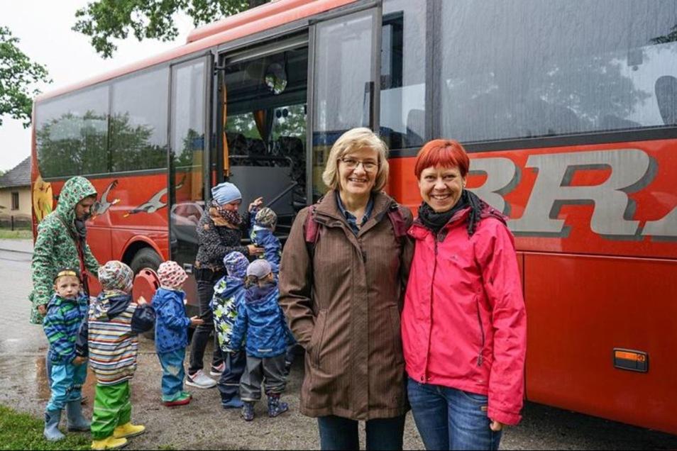 Birgit Quint, Leiterin der Awo-Kindertagesstätte Radibor (l.) und Katrin Borrmann vom Elternrat der Kita wünschen sich bessere Busverbindungen im ländlichen Raum. Für Fahrten mit Kindergruppen muss ein extra bestellter Bus bezahlt werden. Für einen großen