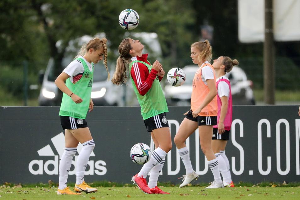 Training im Sportpark Ostra: Das Fußball-Nationalteam der Frauen bereitet sich in Dresden auf ihre Länderspiele vor.