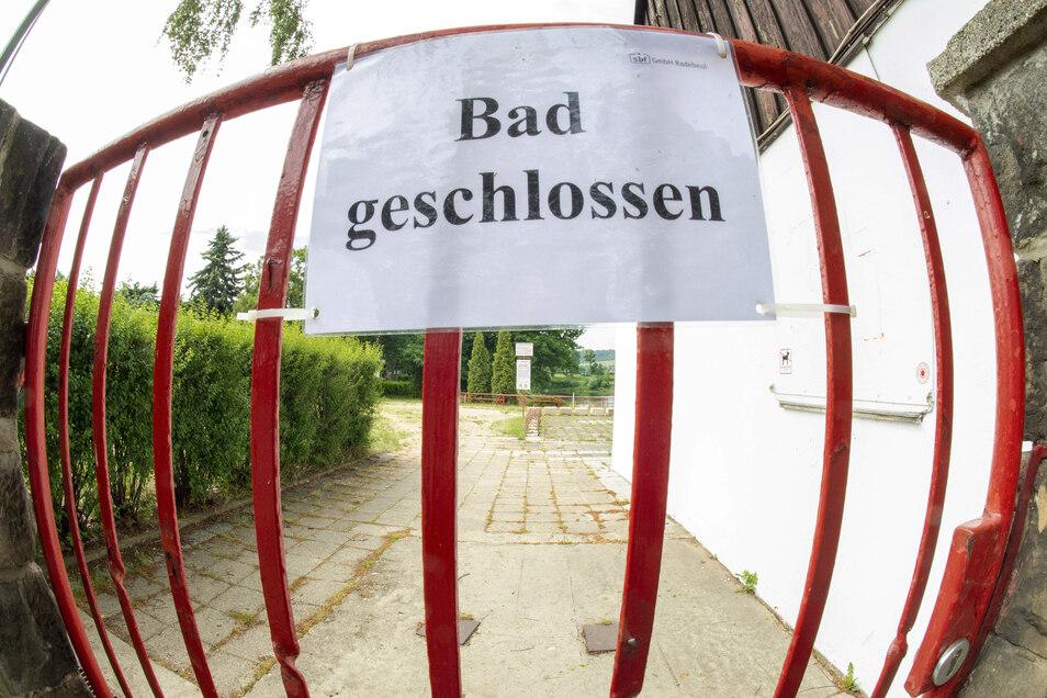 Eigentlich dürfen Freibäder in Sachsen seit dem 15. Mai wieder Badegäste empfangen. Für die offene Badestelle im Radebeuler Lößnitzbad gilt das aber noch nicht.