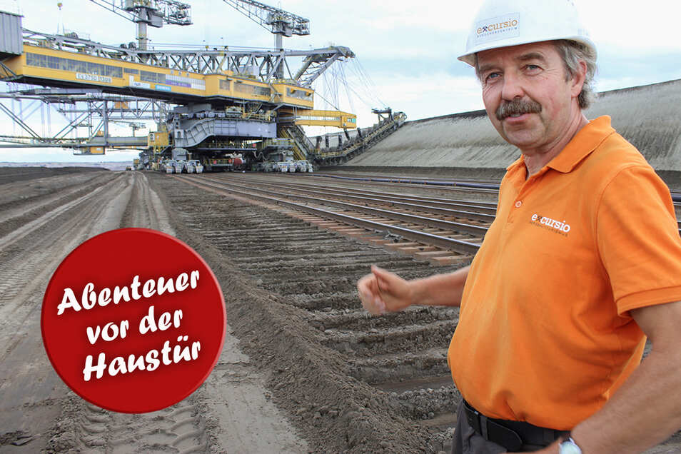 Ulrich Smol erklärt im Tagebaubau Welzow-Süd, wie Abraumförderbrücke F60 funktioniert. Sie heißt so, weil sie in drei Schnitten 60 Meter Abraum abtragen kann. Diese Förderbrücken sind die größten beweglichen technischen Arbeitsmaschinen der Welt.
