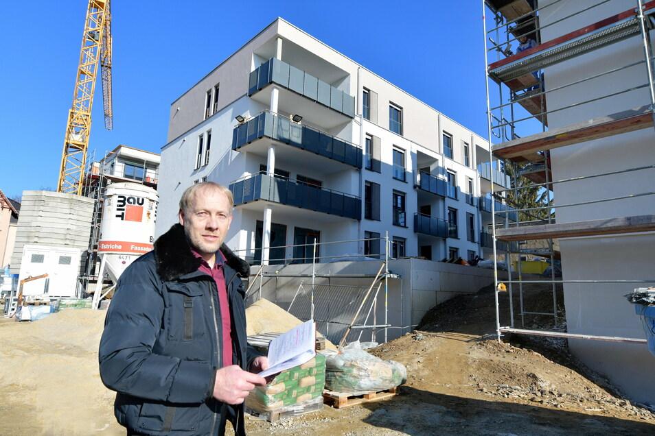 An der Otto-Bauer-Straße in Radeberg entstehen vier Mehrfamilienhäuser mit 30 Wohnungen. Harald Grüninger, Inhaber des Immobilien-Service Radeberg, vermittelt sie. Die Nachfrage ist groß, sagt er.