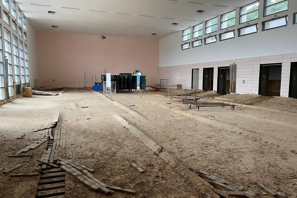 Die Sporthalle des Are-Gymnasiums in Bad Neuenahr-Ahrweiler ist von den Fluten verwüstet worden.