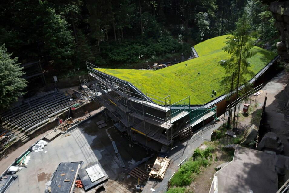 Gut getarnt: Das Funktionsgebäude der Felsenbühne Rathen hat ein begrüntes Dach bekommen.
