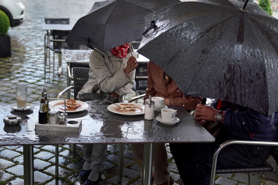 Am Pfingstsonntag wurden Gäste eines Cafés an der Frauenkirche von plötzlichem Regen überrascht. Was früher für einen schnellen Aufbruch gesorgt hätte, sitzt man heute aus - solange man nur wieder etwas Normalität erleben darf.