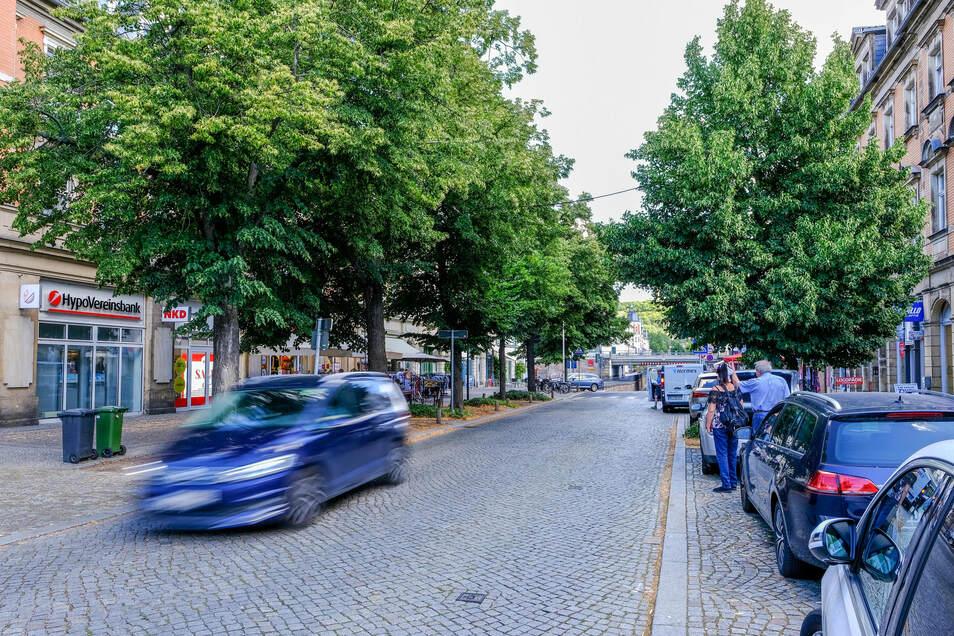 Die Bahnhofstraße heute: holpriges Pflaster, teils kaputte Fußwege, zugeparkt.