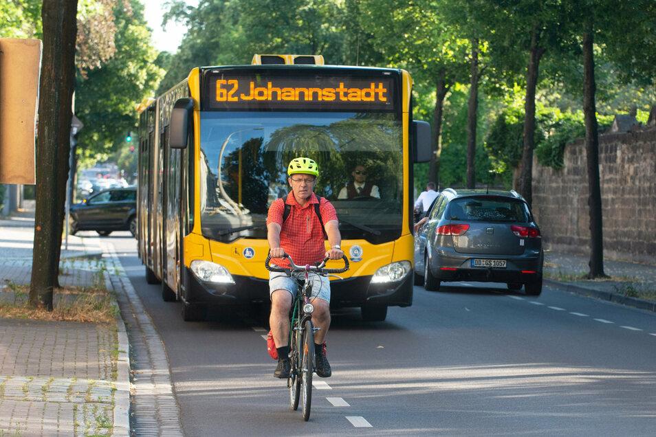 Grünen-Stadtbezirksbeirat Xaver Seitz nutzt die Chemnitzer Straße, um ins Stadtzentrum zu radeln. Er weiß, wie eng es dort zugeht.