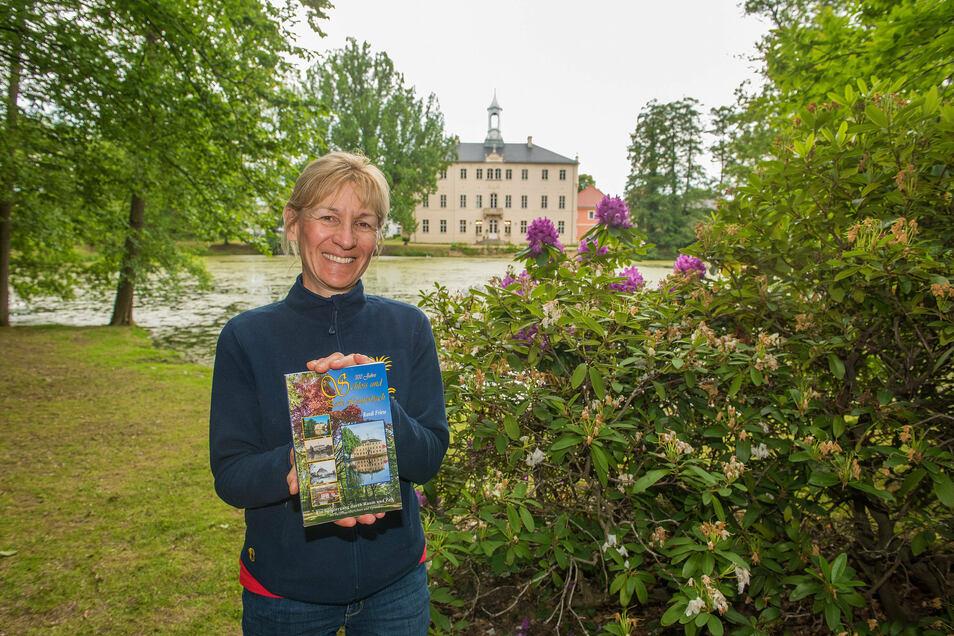 """Randi Friese vom Förderverein Schloss und Park Lauterbach verkauft am Sonntag ihr neues Buch """"300 Jahre Schloss und Park Lauterbach""""."""