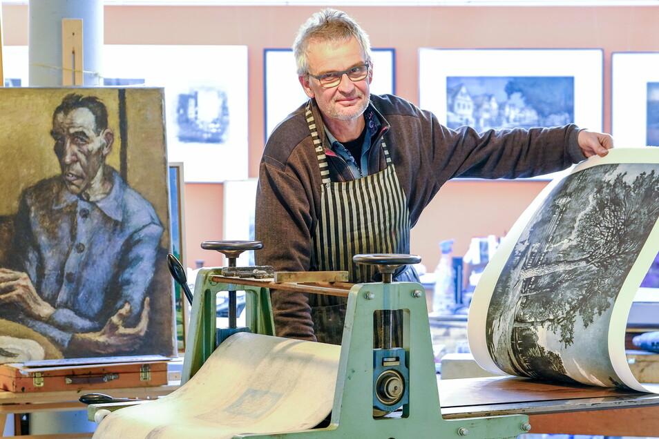 Markus Retzlaff führt in seinem Atelier Schaudrucke vor und zaubert mit einer Presse Farbradierungen aufs Papier.