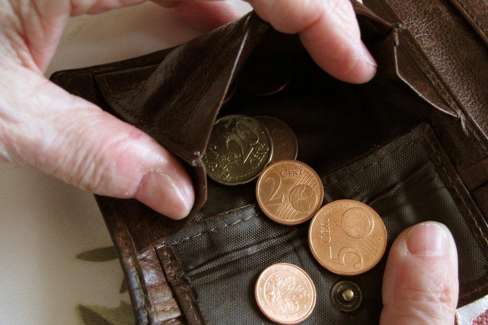In Kamenz wollte ein Mann von einem Senior 20 Cent in zwei 10-Cent-Münzen gewechselt haben. Beim Öffnen der Geldbörse entnahm der Täter zwei 20-Euro-Scheine und einen 10-Euro-Schein. Nun ermittelt die Polizei.