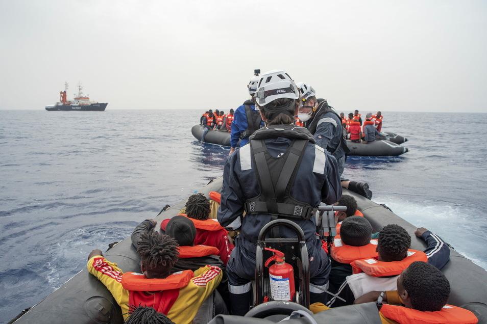 """Die """"Sea-Watch 4"""" soll unter falscher Registrierung fahren. Das Schiff der Seenotretter, die in der letzten Woche mit 450 Bootsmigranten in Sizilien an Land gingen, darf deshalb derzeit nicht aus dem Hafen auslaufen."""