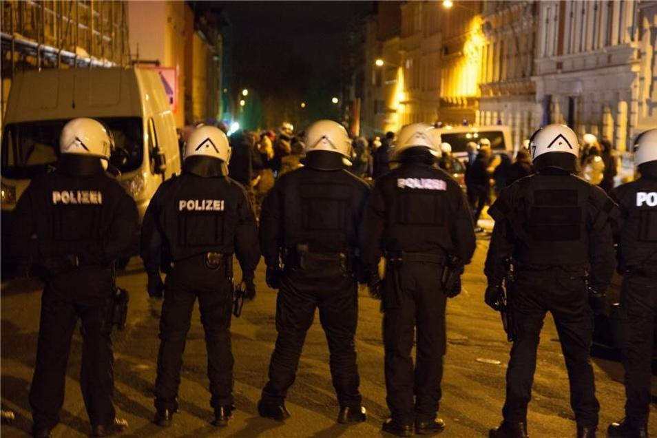 Die Polizei setzte etwa 200 Teilnehmer der Demonstation fest und nahm deren Personalien auf.