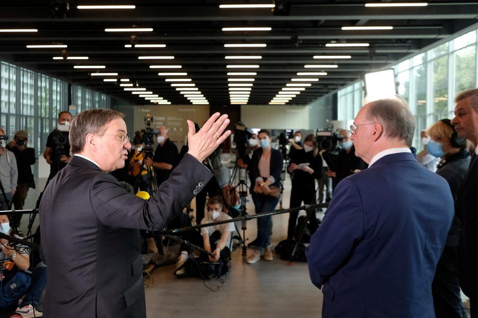 Dessau-Roßlau: Armin Laschet (CDU, l), Unionskanzlerkandidat, spricht im Bauhausmuseum neben Reiner Haseloff (CDU), Ministerpräsident des Landes Sachsen-Anhalt.