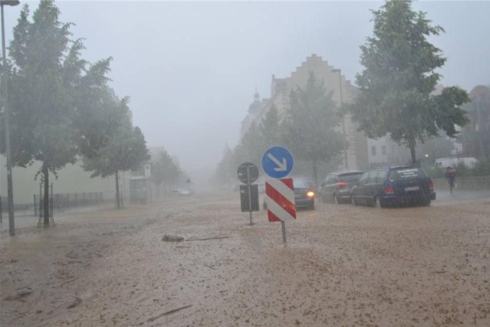 Schlammfluten suchen ihren Weg über die Talstraße.
