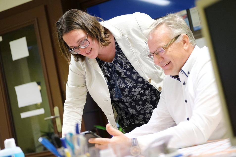 Afd-Politikerin Barbara Lenk und ihr Landtagskollege René Hein aus Radebeul freuen sich über die guten Werte für die Direktkandidatin der AfD.