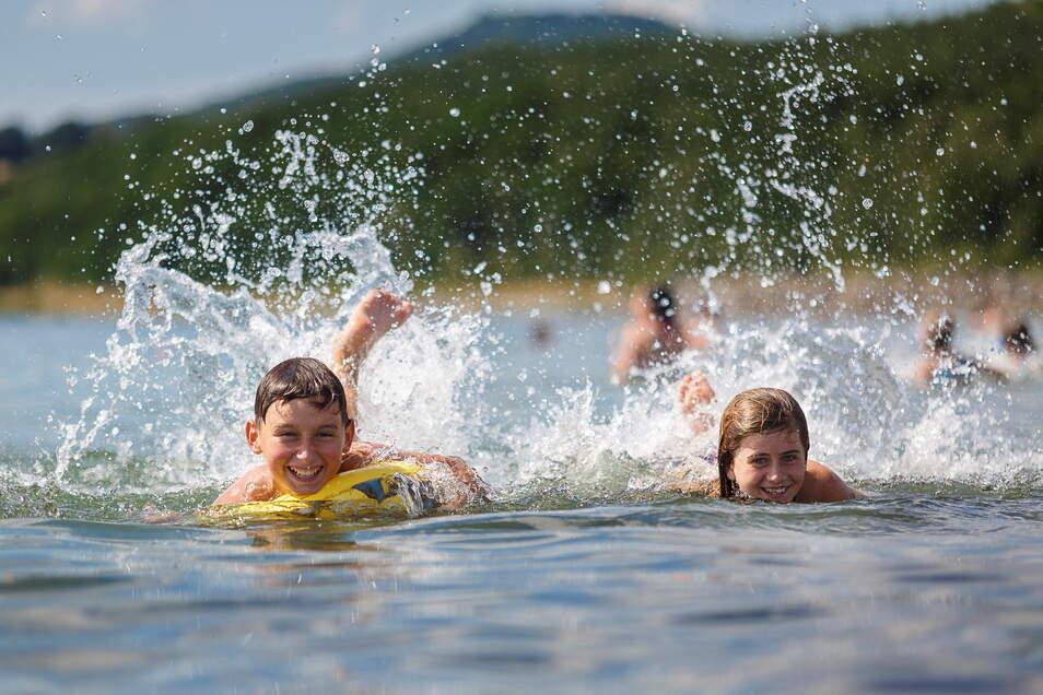 Raphael und Laura baden am Nordoststrand des Berzdorfer Sees. Bis zur neuen Saison dauert es gar nicht mehr lange.
