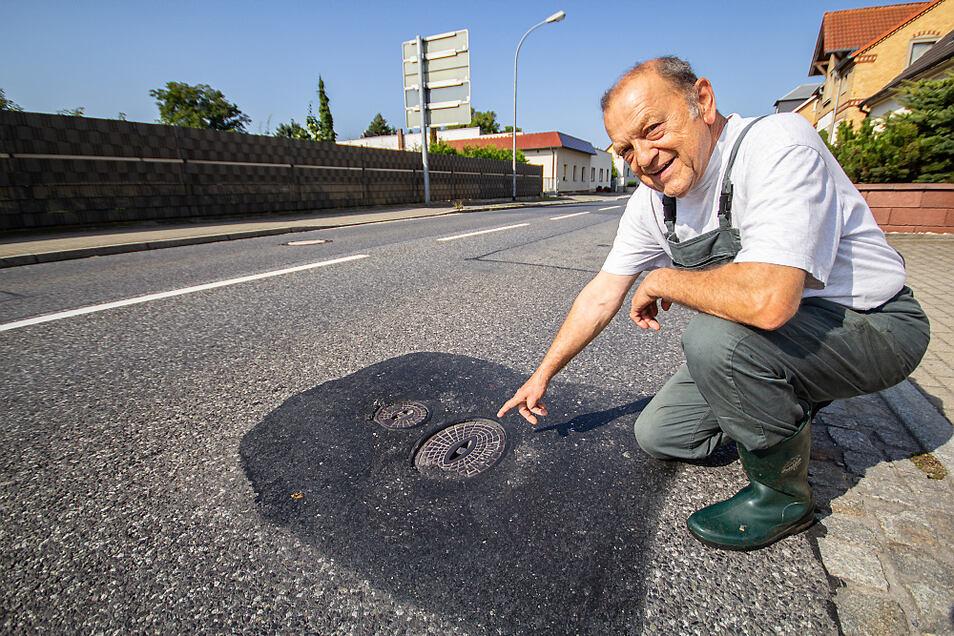 Werner Grubert zeigt auf eine von vielen Stellen, an denen die Fahrbahn der Straße des 8. Mai mehrere Zentimeter abgesackt ist. Wenn eine Lkw darüber fährt, schepperte es nicht nur laut, es kommt auch zu Erschütterungen.