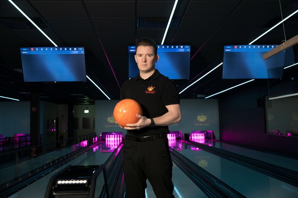 Hier rollt wieder die Kugel: Jens Koser , Geschäftsführer von Sunshine-Bowling in Pirna, will seine Anlage am 1. Juli wieder eröffnen.