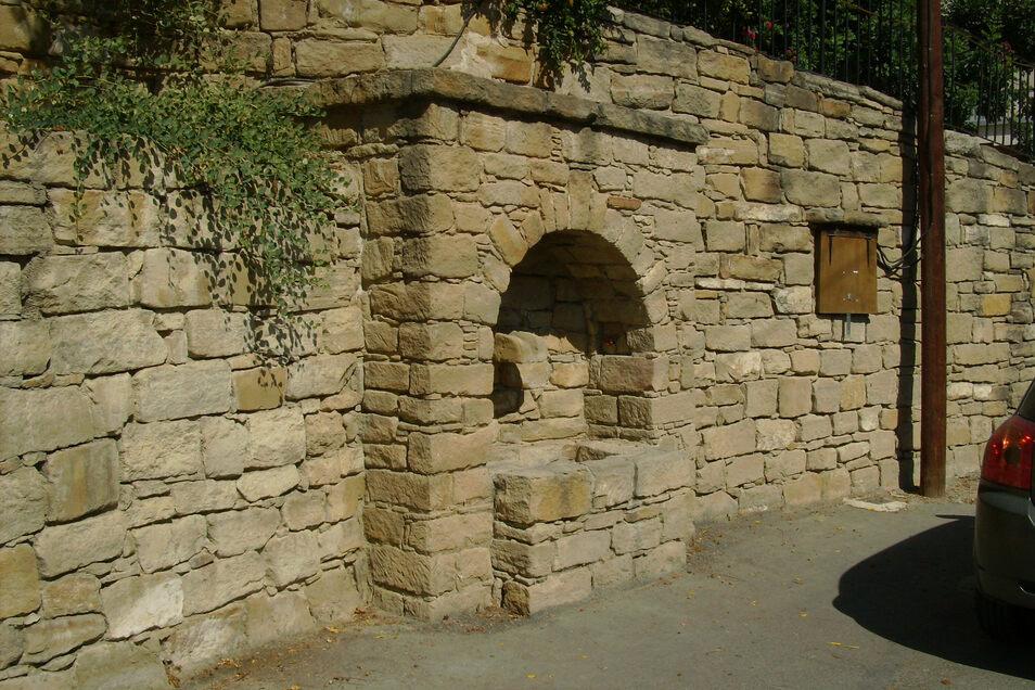 Wie dieser Brunnen im kleinen zypriotischen Bergdorf Tochni soll auch der Brunnen in Oberlichtenau aussehen.