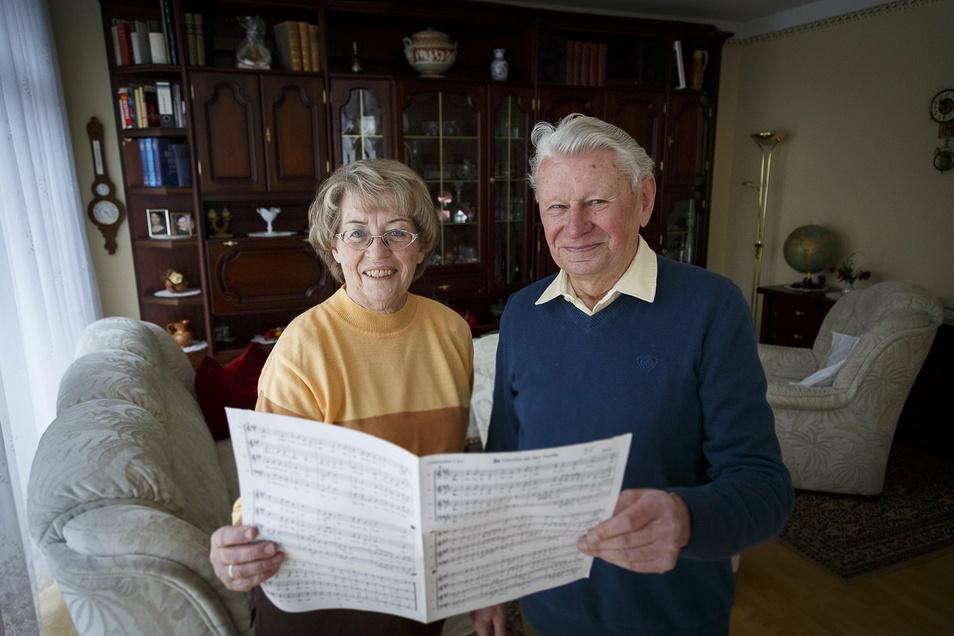 Susanne und Werner Kleesel singen seit über 60 Jahren im Görlitzer Lehrerchor und vermissen die Chorproben im Lockdown sehr. Hier ließen sie sich 2017 im 60. Jahr des Chors fotografieren.