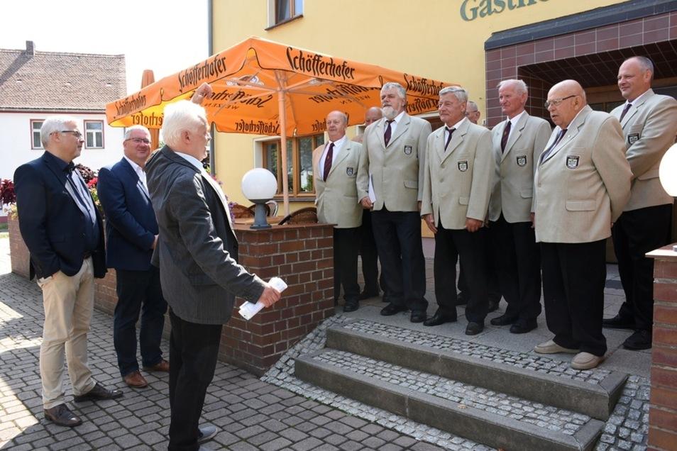 Mit einem Ständchen bedankte sich der Männergesangverein Uhyst bei Staatssekretär Uwe Gaul (links) und beim Landtagsabgeordneten Thomas Baum.