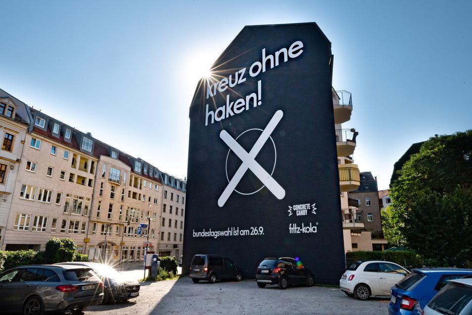 """Diese Brandmauer in der Dresdner Neustadt sendet erneut eine Botschaft gegen die Wahl rechter Parteien. Im August 2019 stand auf einem Motiv das Dalai-Lama-Zitat """"In der Wut verliert der Mensch seine Intelligenz"""" – gerichtet an Protestwähler."""