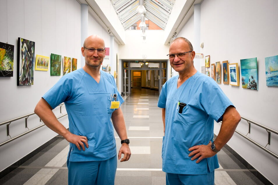 Dr. Ralf Banaskiewicz (links) übernimmt als Chefarzt die Leitung der Unfallklinik im Klinikum Görlitz aus den Händen von Dr. Uwe-Karsten Schöbel (rechts). Er geht in den Ruhestand.