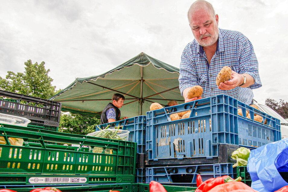 Sächsische.de-Reporter Tilo Berger wählt auf dem Bautzener Wochenmarkt Kartoffeln für das Mittagessen aus.