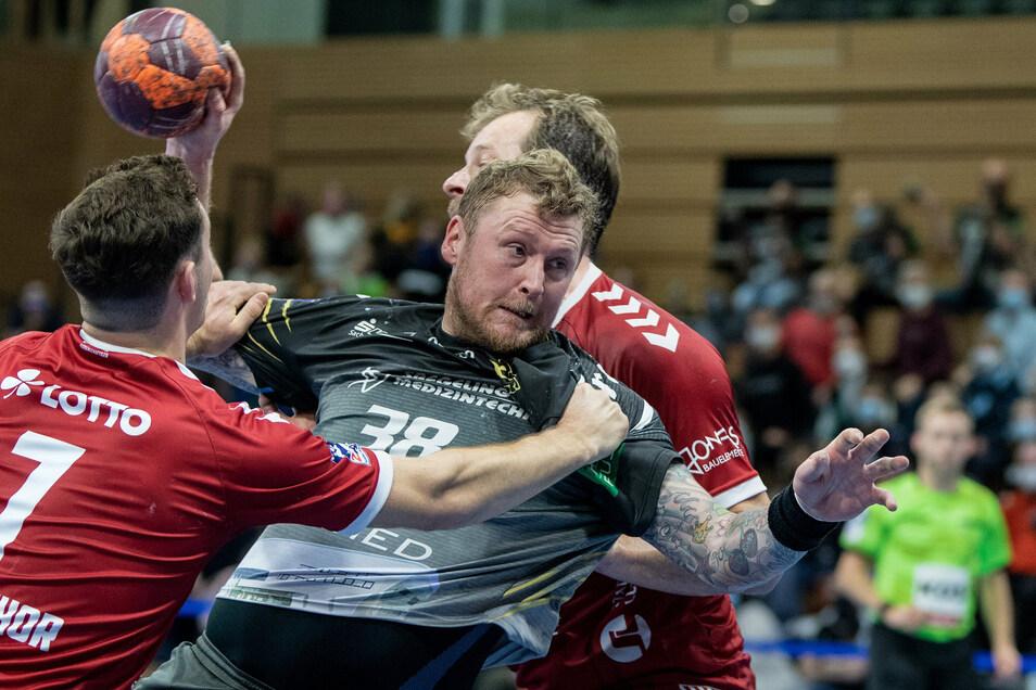 Routinier Hennig Quade (Mitte) setzt sich gegen die Lübecker Abwehr drangvoll durch und erzielt zwei Tore. Das reicht am Ende einer bitteren Partie nicht.