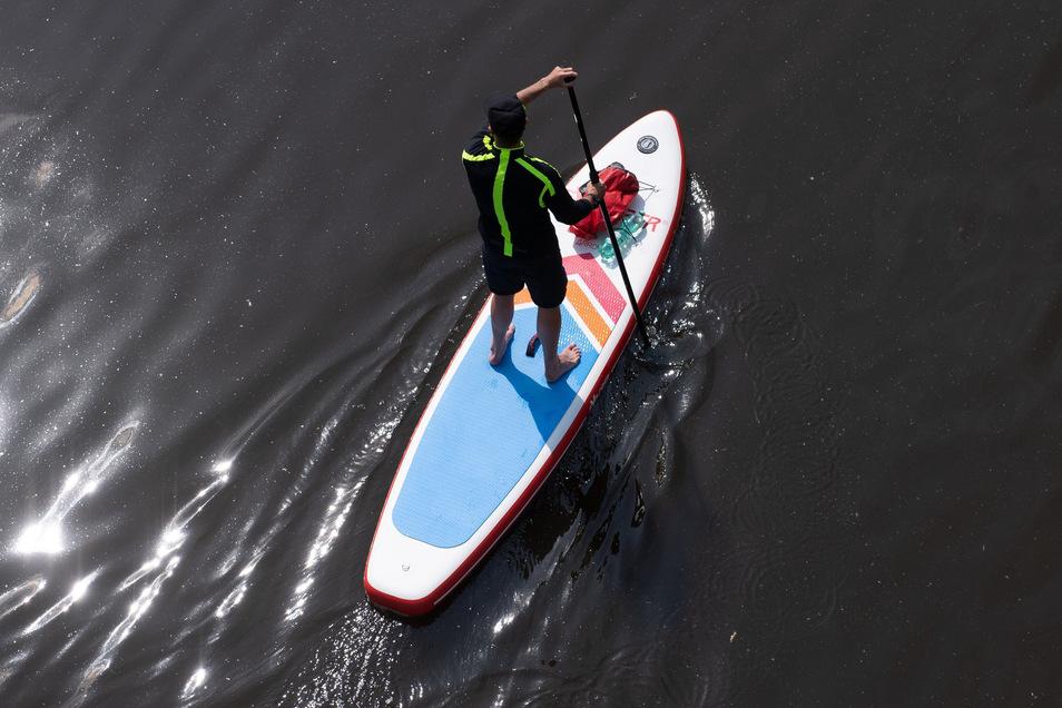 Ein Stand-Up-Paddler auf der Elbe in Dresden. Die nächsten Tage wird es eher ungemütlich in Sachsen.