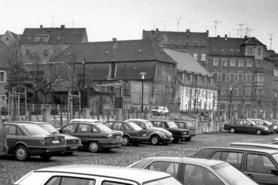 Ein Foto aus dem Jahr 1994 zeigt den Elbparkplatz. Mittig im Hintergrund ist die Elbstraße 7a (mit Giebel zur Straße) zu erkennen. Die damals noch vorhandene Öffnung im Mansarddach des Gebäudes gibt es heute nicht mehr.