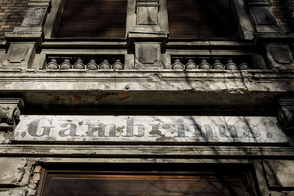 Vor der Sanierung prangten Gambrinus-Aufschriften an beiden Fassaden des Hauses, hier in der Bahnhofstraße. Diese hier wurde jetzt überstrichen, aber zumindest eine andere blieb erhalten.