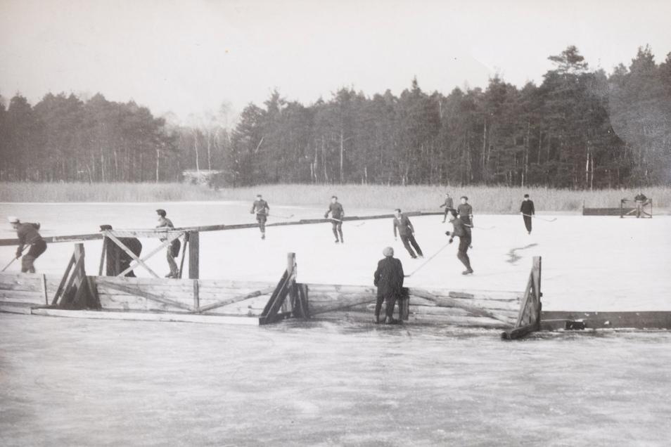 Die Bande aus Holz wurde auf dem Teich errichtet - und wenn das Eis an einer Stelle abgefahren war, einfach ein Stück weiter versetzt wieder aufgestellt. Weiter ging´s.