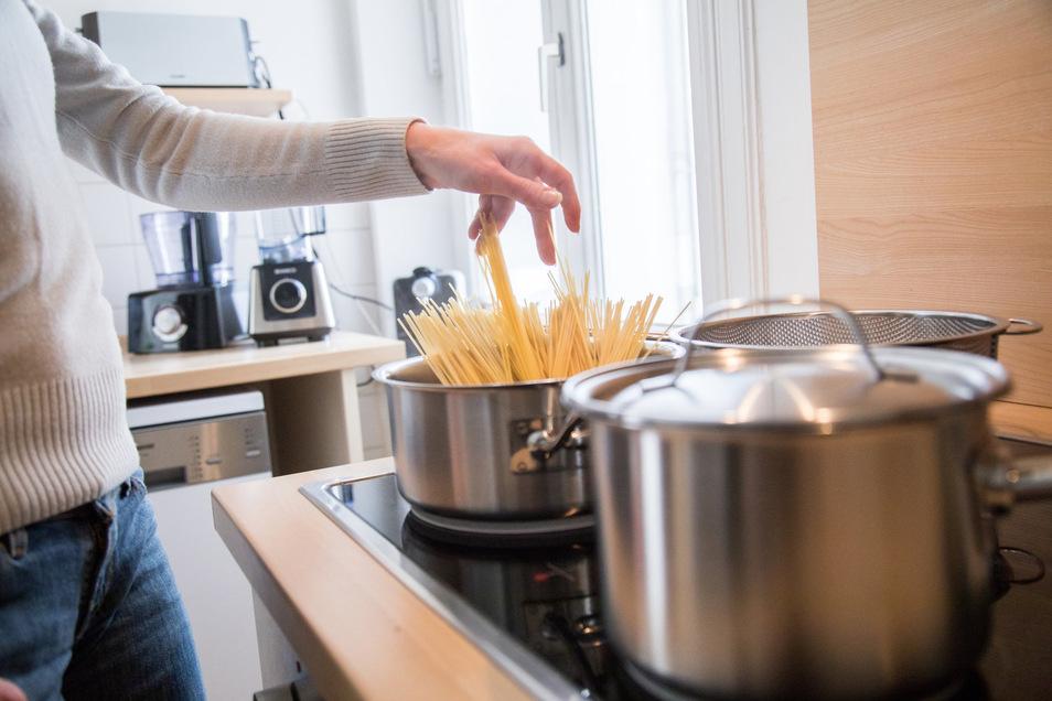 Damit die Nudeln nicht zusammenkleben, ist Öl im Kochwasser das falsche Mittel - häufiges Umrühren hilft dagegen.