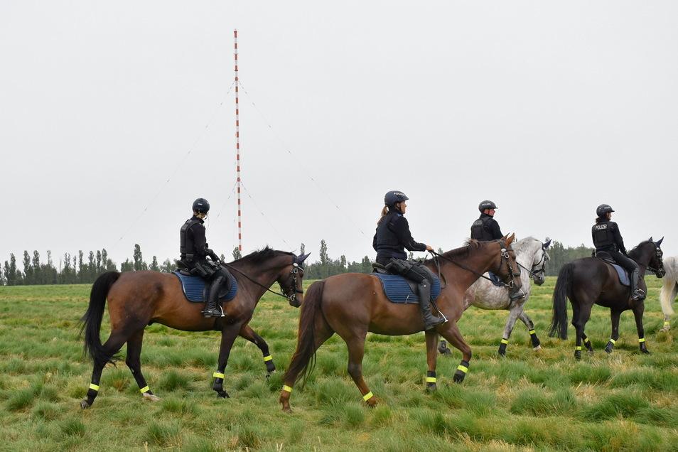 Die Polizei war mit ihrer Reiterstaffel im Einsatz, um Schaulustige aus dem Gefahrenbereich fernzuhalten.