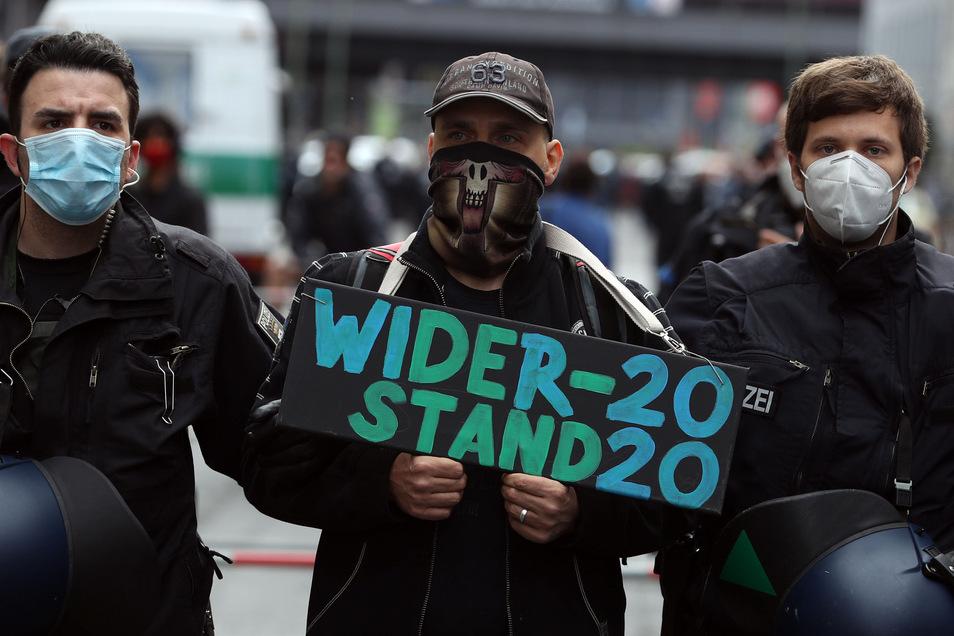 """Polizisten führen einen Demonstranten ab, der in Berlin mit einem Schild """"Widerstand 2020"""" gegen die Corona-Beschränkungen protestiert hatte. Ob sich die neue Protestbewegung dauerhaft etablieren kann, ist fraglich."""