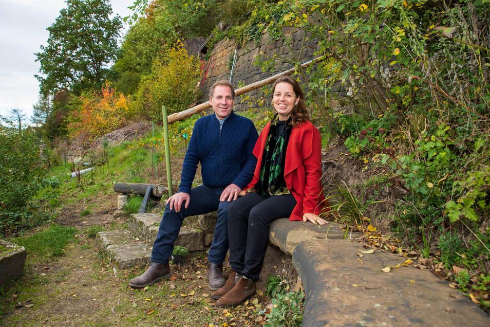 """""""Ich habe mich in Pirna verliebt"""", sagt Robert Reimann aus New York. Zuvor heiratete er Anna aus Dresden. Hier sitzen beide in ihrem """"Weinberg"""" am Pirnaer Elbhang."""