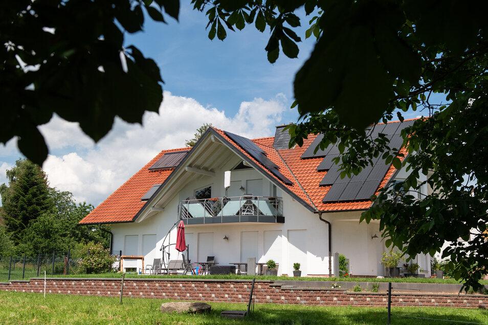 Vor gut zwei Wochen wurde der Kasseler Regierungspräsident Walter Lübcke mit einer Schussverletzung am Kopf auf der Terrasse seines Wohnhauses im hessischen Wolfhagen-Istha entdeckt.