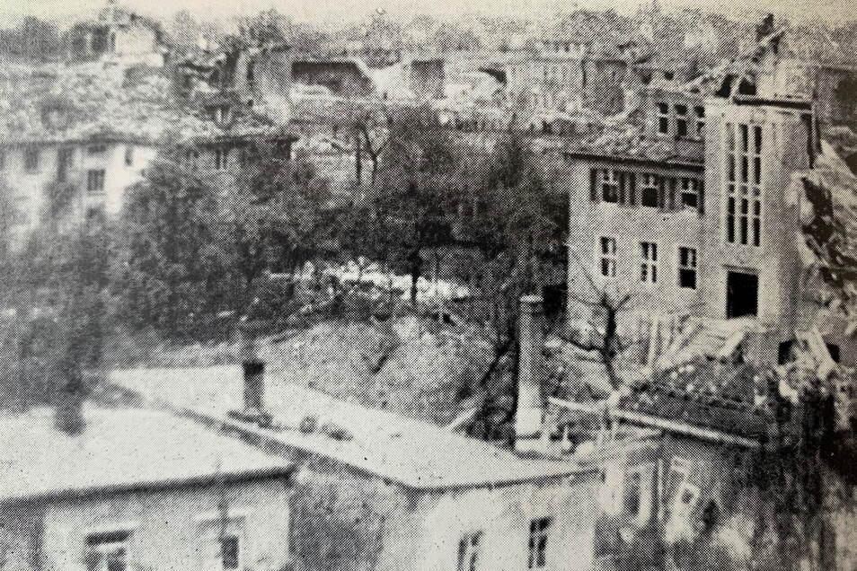 Nach dem Luftangriff vom 19. April 1945: Teile der Innenstadt, wie hier die Landwirtschaftsschule an der Klosterstraße, liegen in Trümmern.