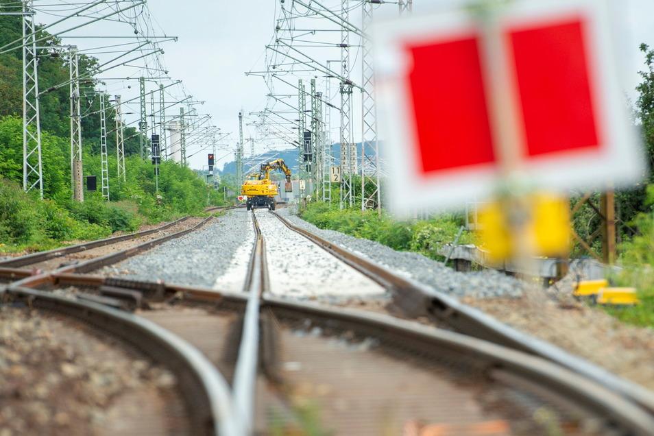 Der frische Schotter mit den neuen Schwellen und Gleisen ist beim Blick in Richtung Weinböhla gut auf der Bahnstrecke bei Radebeul-Naundorf zu erkennen.