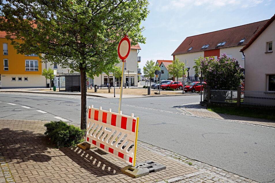 Am Dorfplatz in Röderau steht das Fahrverbotsschild und die Straßensperre schon bereit.